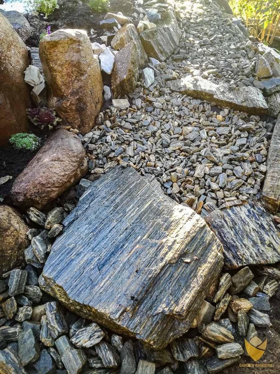 skalna ścieżka w ogrodzie