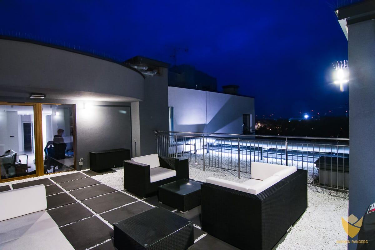 podświetlenie tarasu nocą, nocne oświetlenie ogrodu