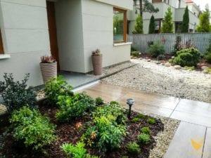 rabata-przy-domu-obsadzona-zimo-zielonymi-roslinami-hebe-pieris-ostrokrzew.