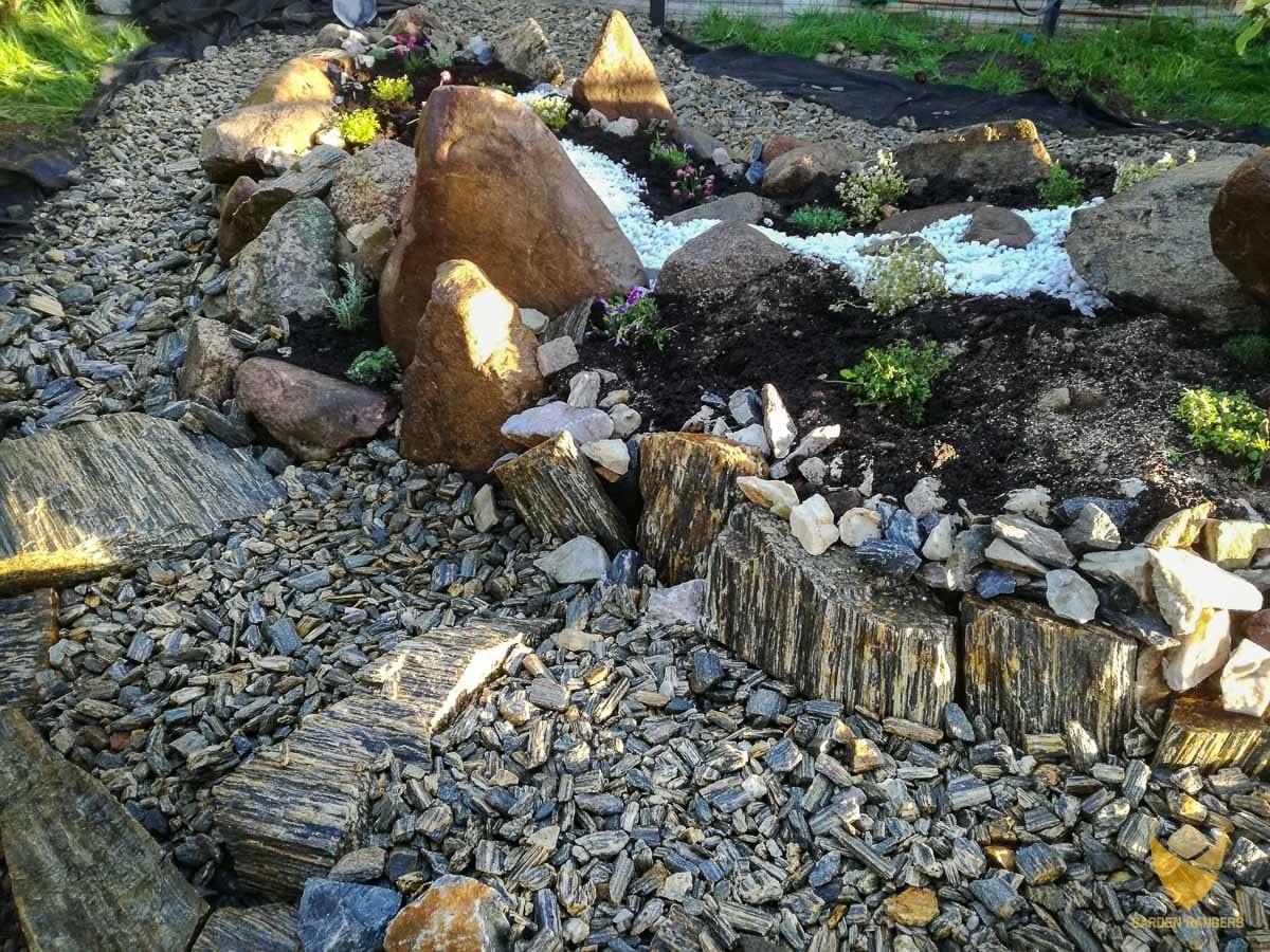 skalne schodki w kamiennym ogrodzie
