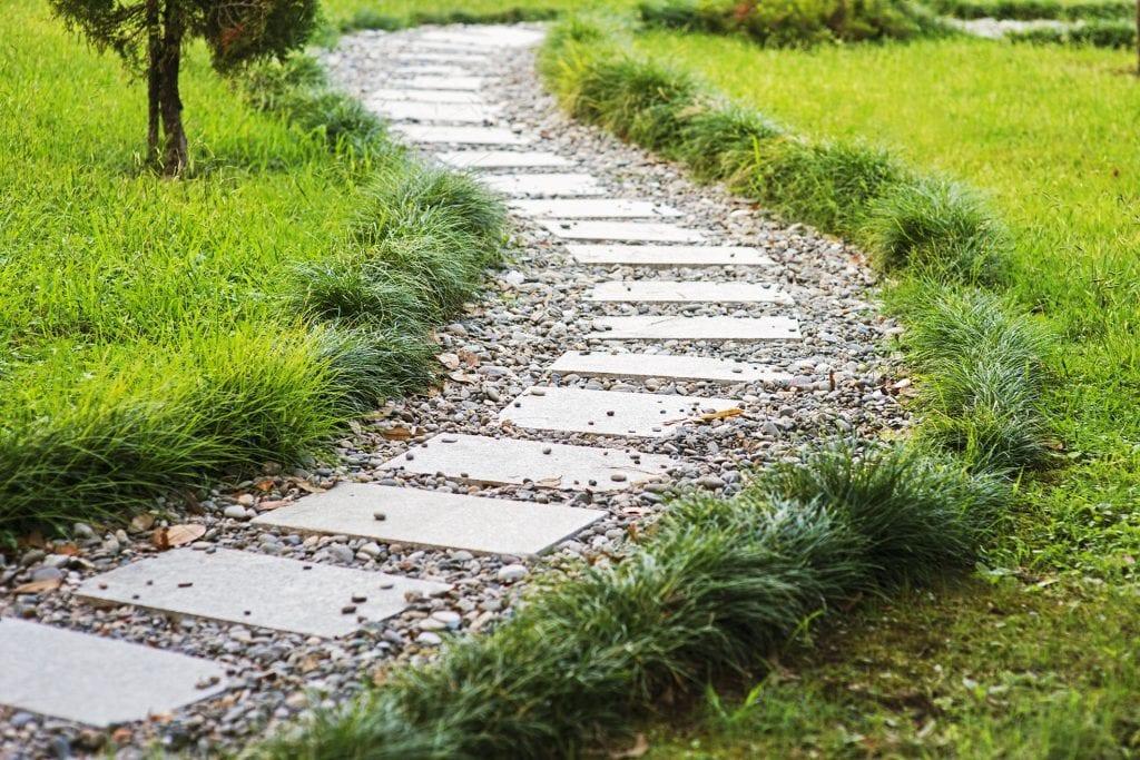 Ścieżka z płyt kamiennych i grysu